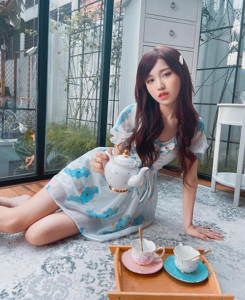 Han Sara mời fan uống trà nhưng lại bị nhận xét thân hình có phần quá gầy gò.