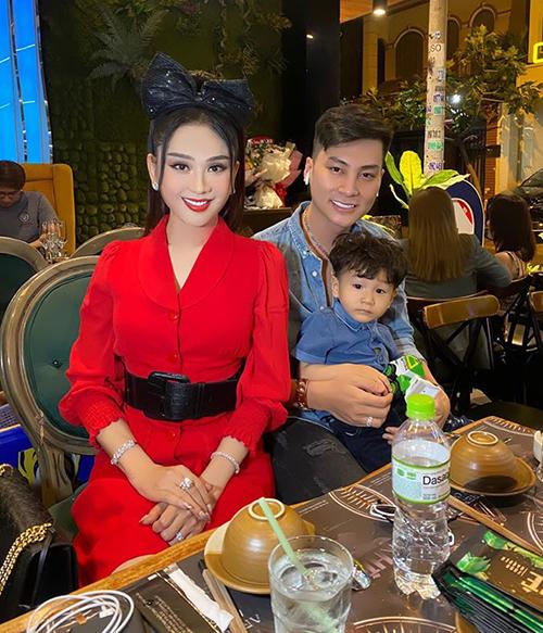 Lâm Khánh Chi đeo băng đô nơ nhí nhảnh đi ăn mừng sinh nhật cùng chồng và con trai.