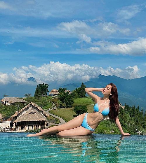 Diện bikini, Chi Pu khoe vòng eo gọn gàng, săn chắc.