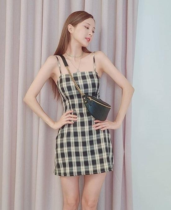 Váy hai dây là món đồ được Seo Hyun đặc biệt yêu thích trong mùa nóng. Nhờ có thân hình mình hạc xương mai, nữ idol tự tin chinh phục trang phục này.