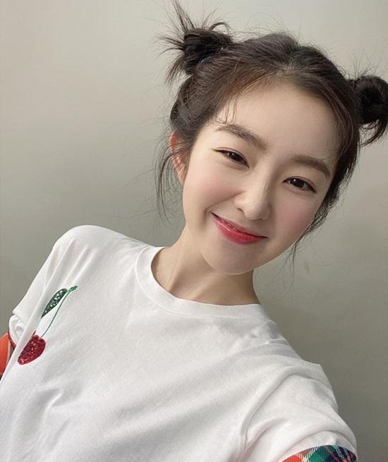 Irene búi tóc Pucca vừa xinh vừa trẻ.