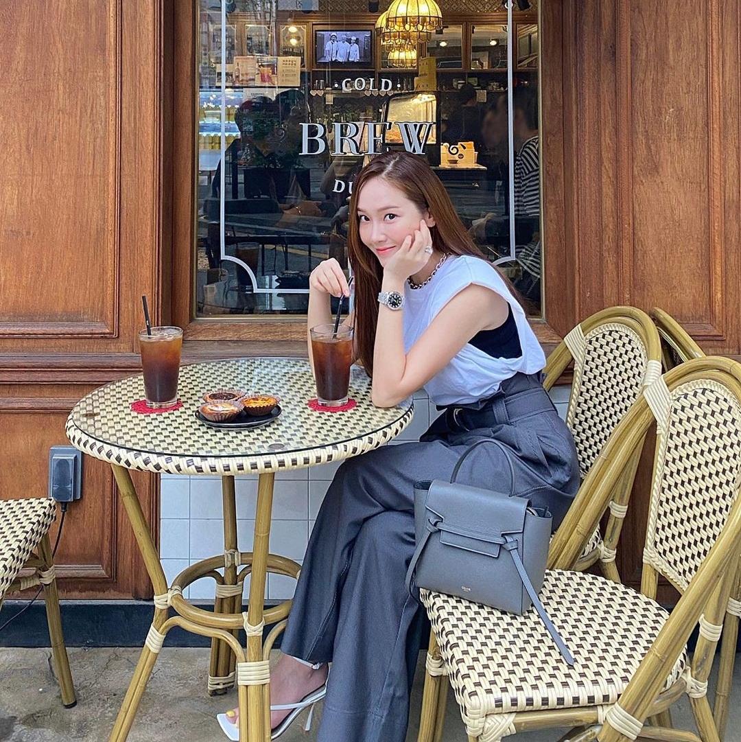 Jessica lên đồ thanh lịch, sành điệu đi cà phê.