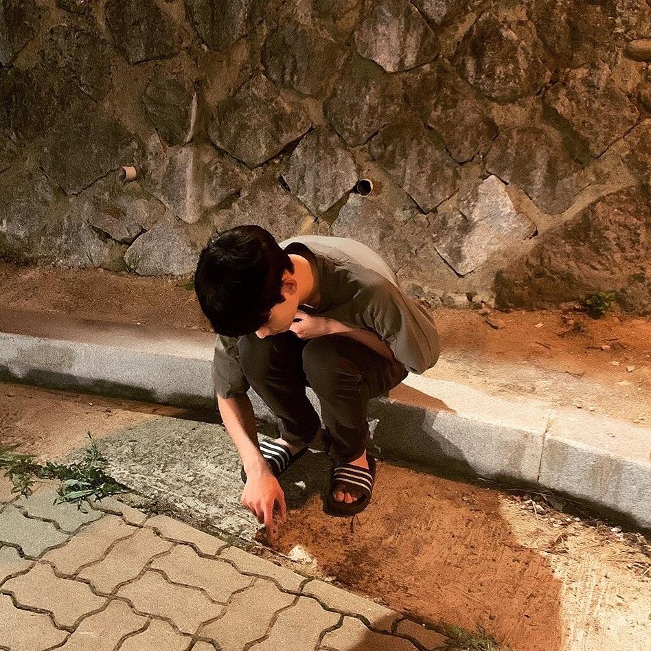 Khi rảnh quay phim, Kim Soo Hyun buồn đời ngồi... chọc kiến.