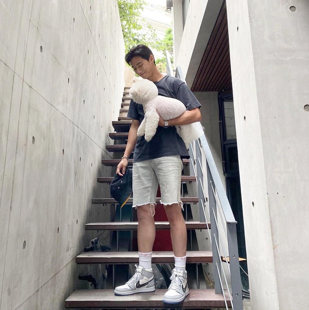 Park Seo Joon diện trang phục khỏe khoắn khoe chân dài như người mẫu, ôm cún cưng đi chơi.