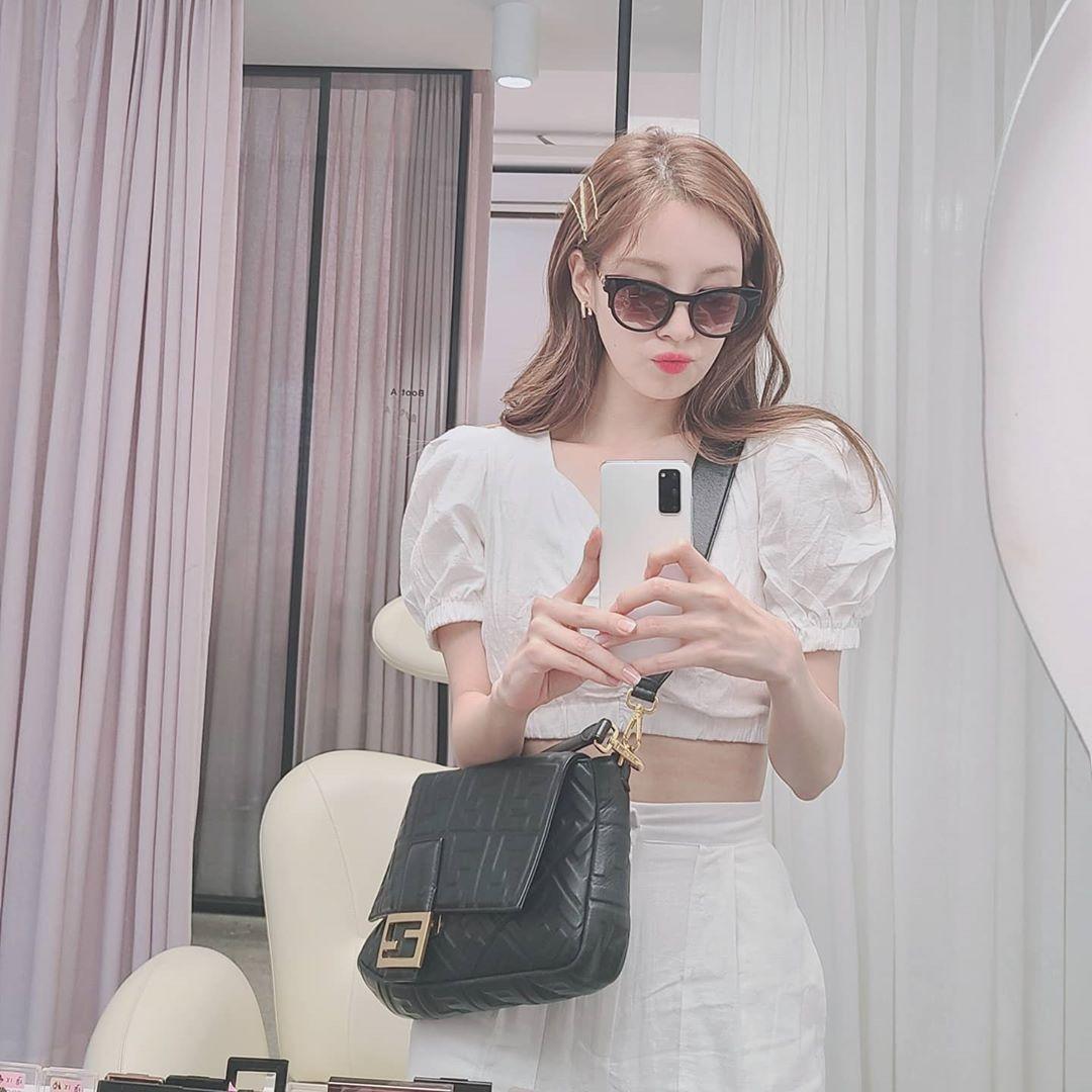 Seo Hyun kết hợp đồ trắng và phụ kiện tông đen sành điệu.