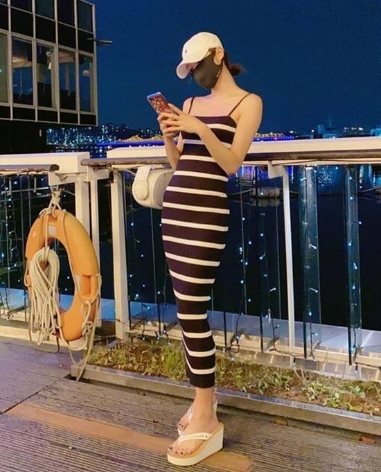 Yooa (Oh My Girl) cao chưa đến 1,6 m nhưng nổi tiếng với thân hình ma nơ canh sống. Váy dây như sắp đứt ôm sát body là tuyệt chiêu khoe tỷ lệ cơ thể đáng ngưỡng mộ của cô nàng.
