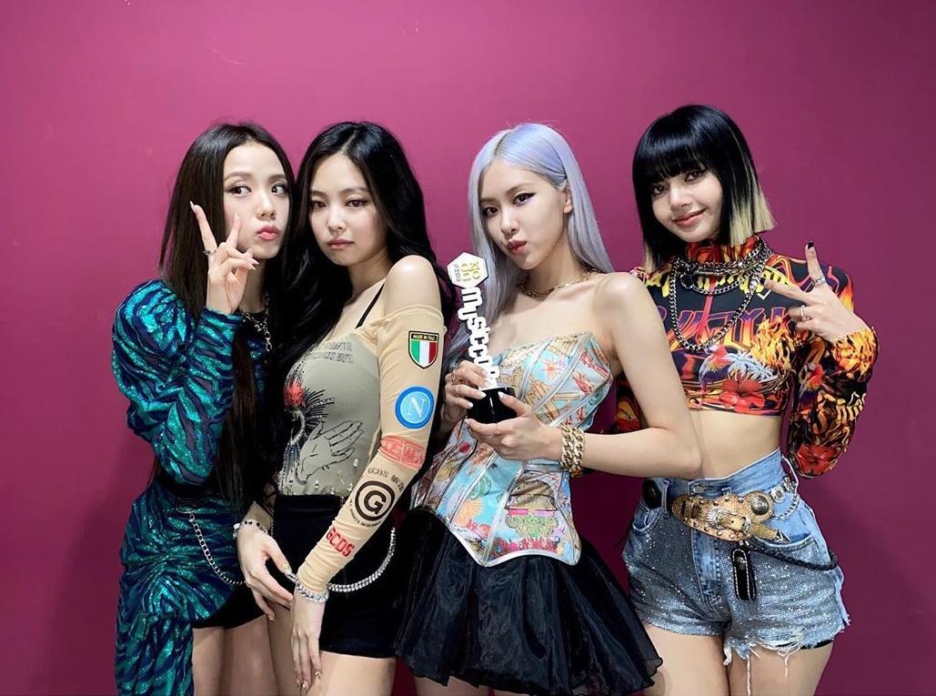 Black Pink khoe cúp No.1 trong hậu trường. 4 cô gái mỗi người một phong cách hút ánh nhìn.