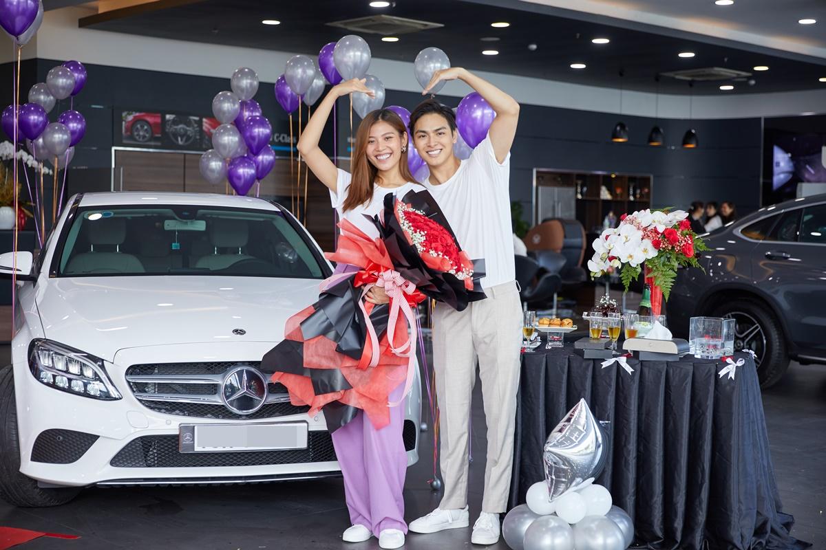 Huyền Thanh và chồng tại lễ bàn giao xe.