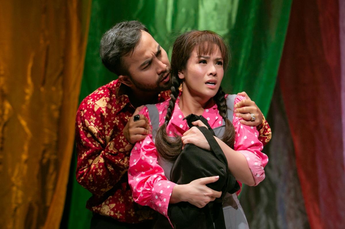 Nhật Kim Anh (phải) lần đầu đóng kịch.