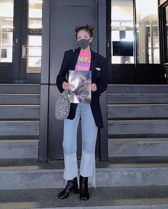 Dara lên đồ sành điệu, đeo khẩu trang đi xem Peninsula.