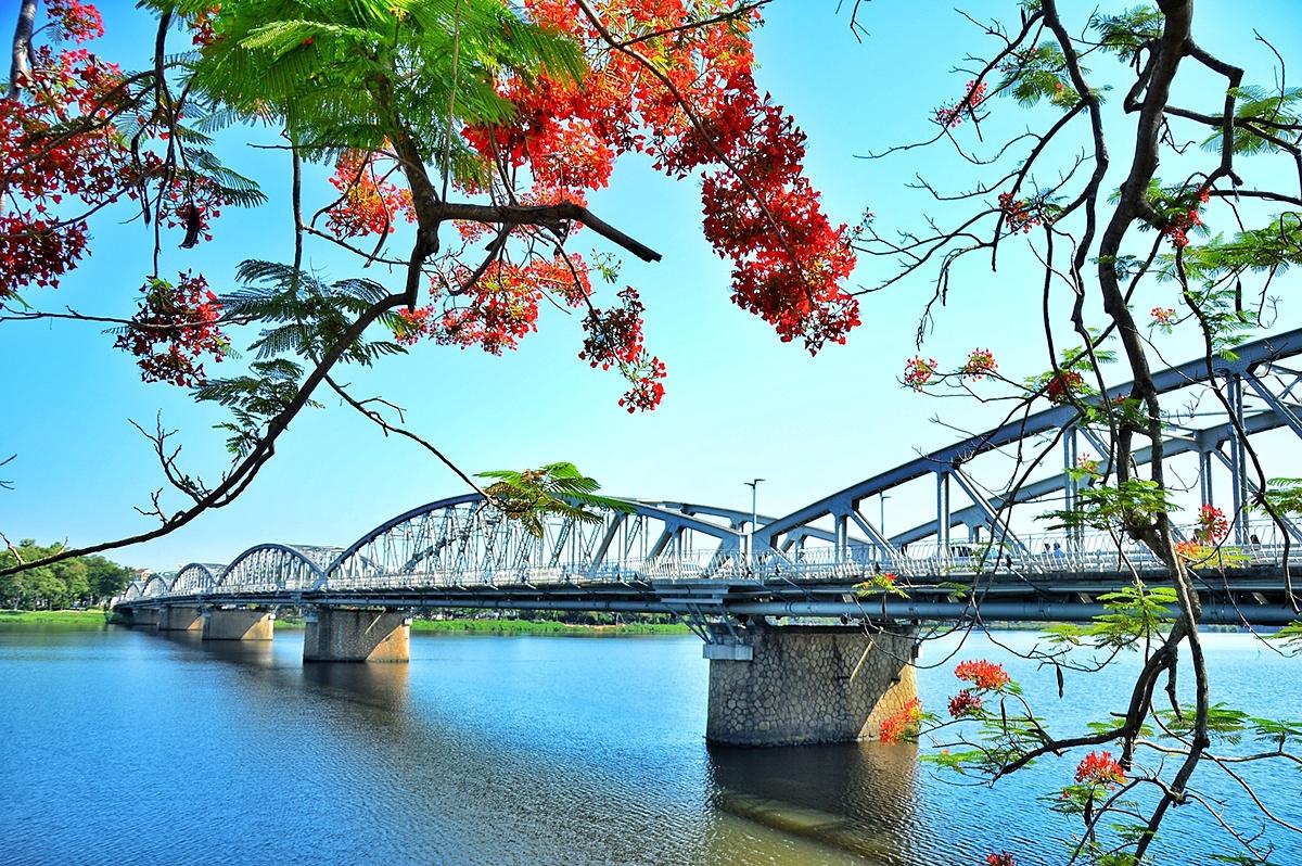 Cầu Trường Tiền - một trong những cung đường đẹp nhất giải chạy. Ảnh: Trân Ơi.
