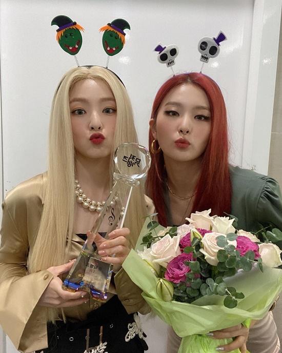 Irene và Seul Gi hôn gió mừng chiến thắng ở show Music Bank.