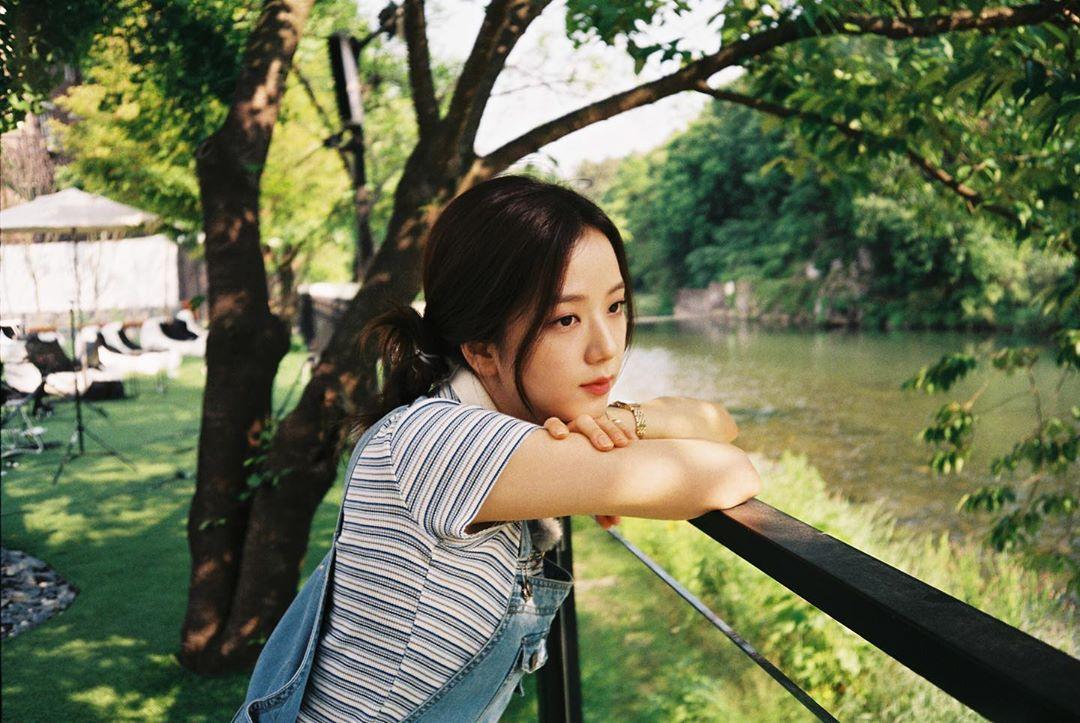 Ji Soo như nàng thơ mùa hè an tĩnh, dịu dàng.