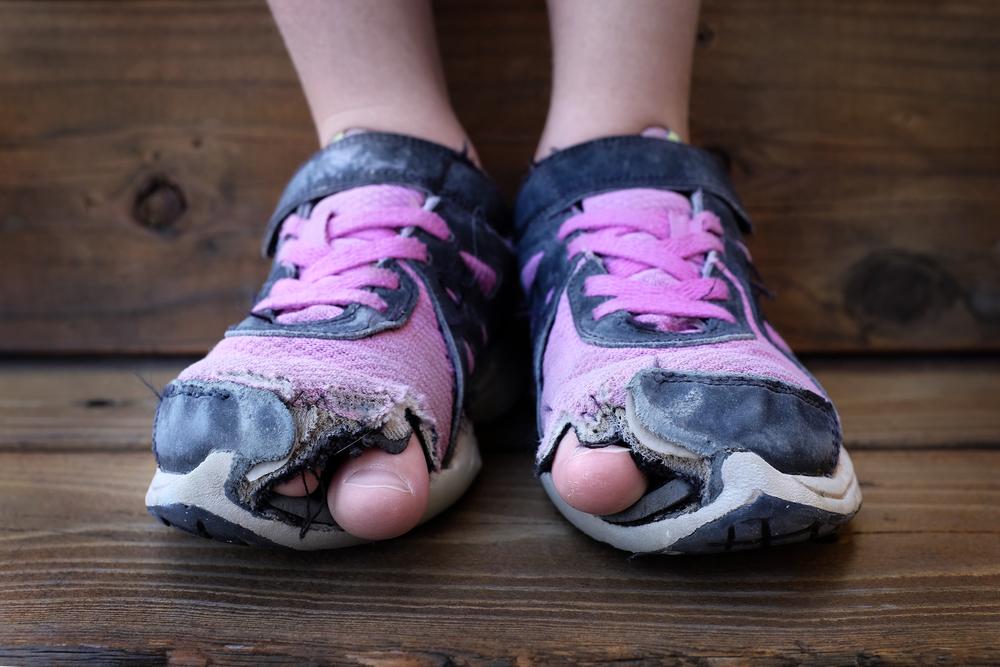 Nên thay giày cũ, rách để bảo vệ đôi chân khi chạy. Ảnh: Shutterstock.