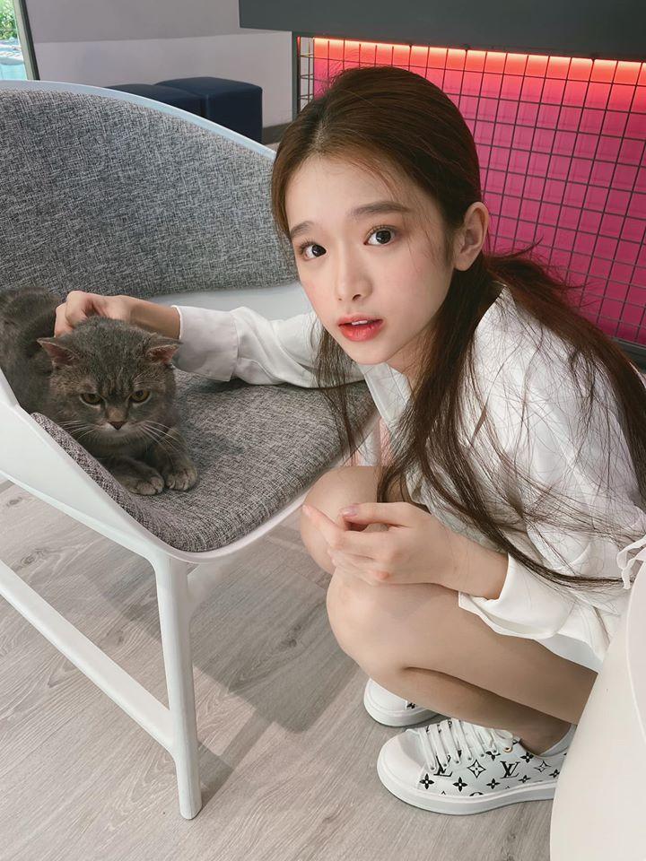 Linh Ka âu yếm, cưng nựng chú mèo.