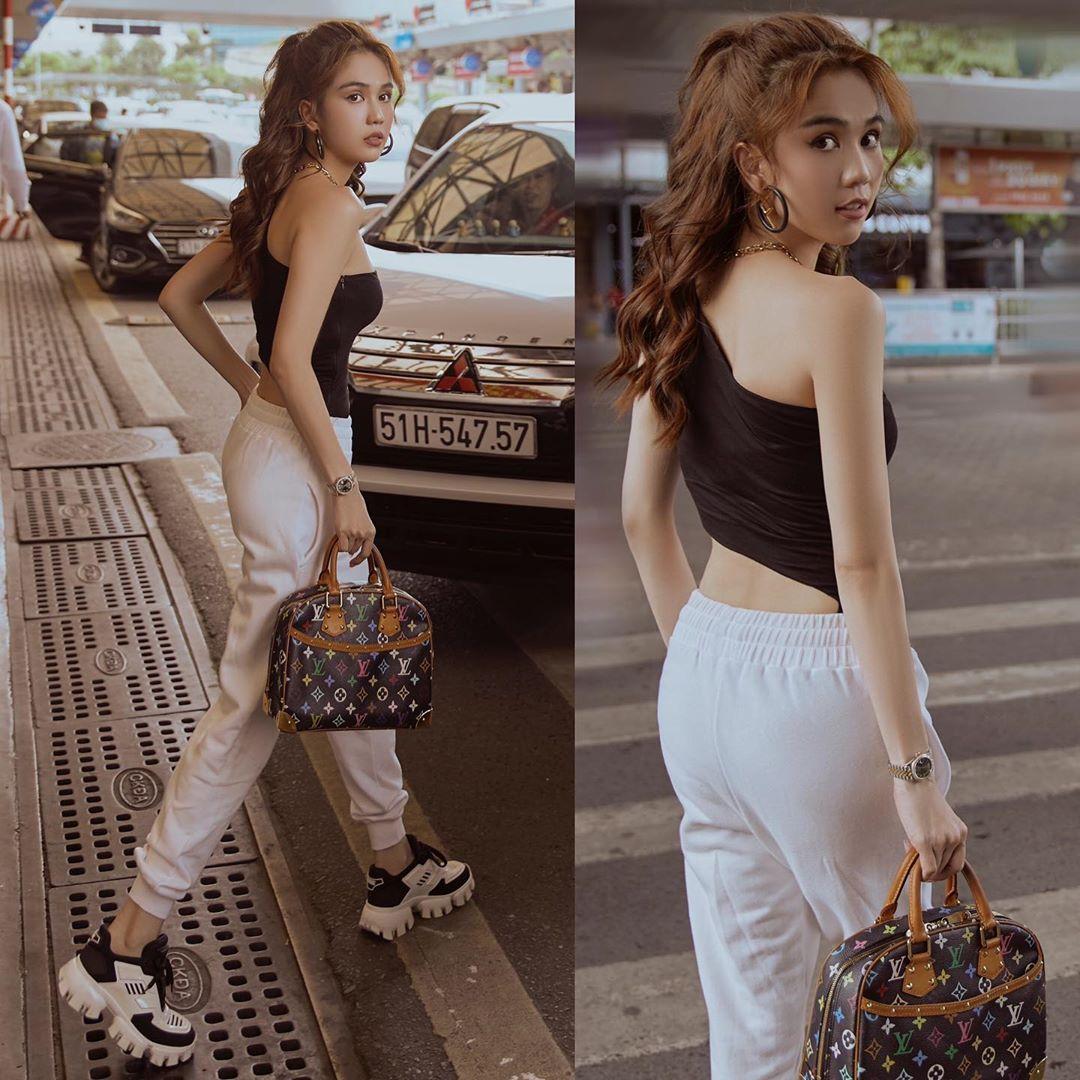 Ngọc Trinh mặc đồ khỏe khoắn nhưng vẫn gợi cảm hết cỡ khi ra sân bay. Dáng áo lệch vai như chân dài đang diện được nhiều cô gái yêu thích năm nay.