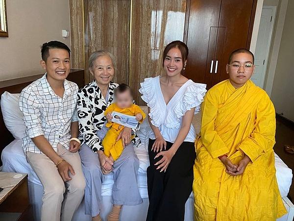 Hình ảnh Ninh Dương Lan Ngọc đi từ thiện.