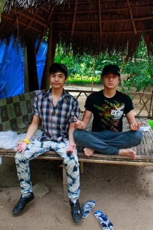 Quản lý của Noo Phước Thịnh nhận xét các ca sĩ trông quê mùa, ngây ngô. Đây là thời điểm bộ ba mới bắt đầu sự nghiệp, thường xuyên dẫn ở sân khấu chuồng gà.