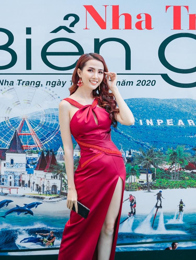 Dự hội thảo Nha Trang biển gọi thuộc khuôn khổ diễn đàn du lịch Ấn tượng Việt Nam 2020 với tư cách đại sứ chiều cùng ngày, Phan Thị Mơ mặc váy lụa chéo cổ. Cô đeo bông tai đính đá tiệp màu.