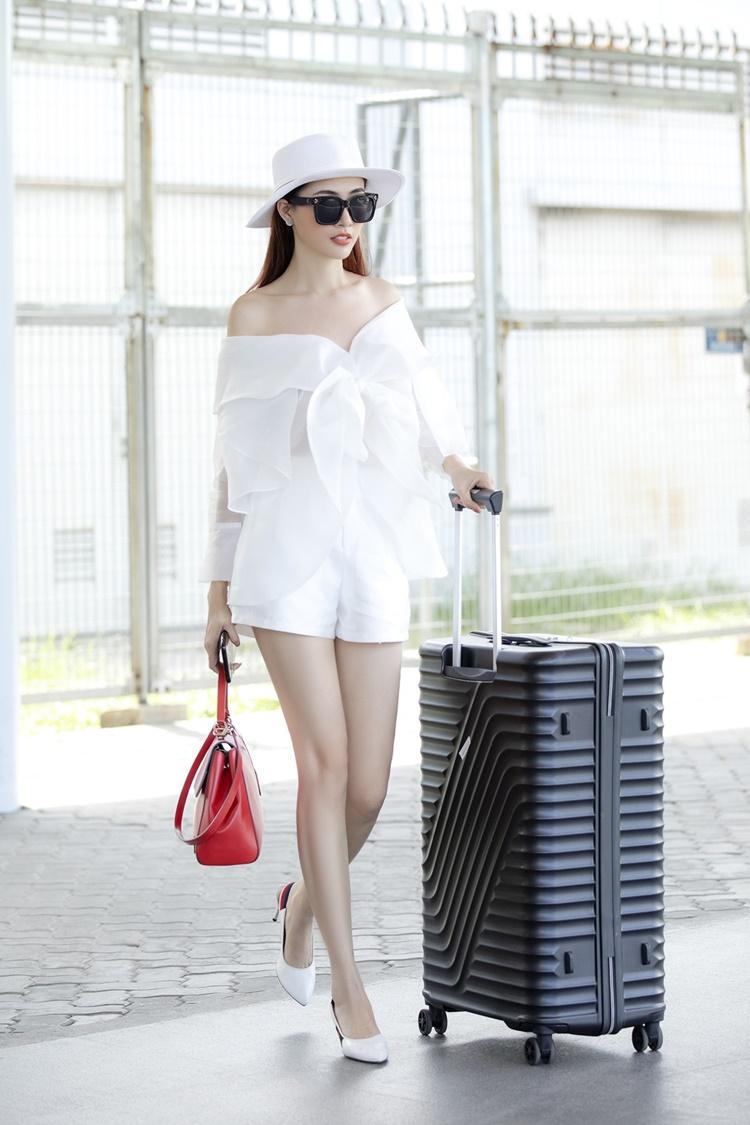 Phan Thị Mơ kết hợp trang phục hở vai đính nơ bản to cùng nón rộng vành. Cô xách túi hiệu 5.000 USD (gần 116 triệu đồng) và đi giày mũi nhọn 1.000 USD (hơn 23 triệu đồng).