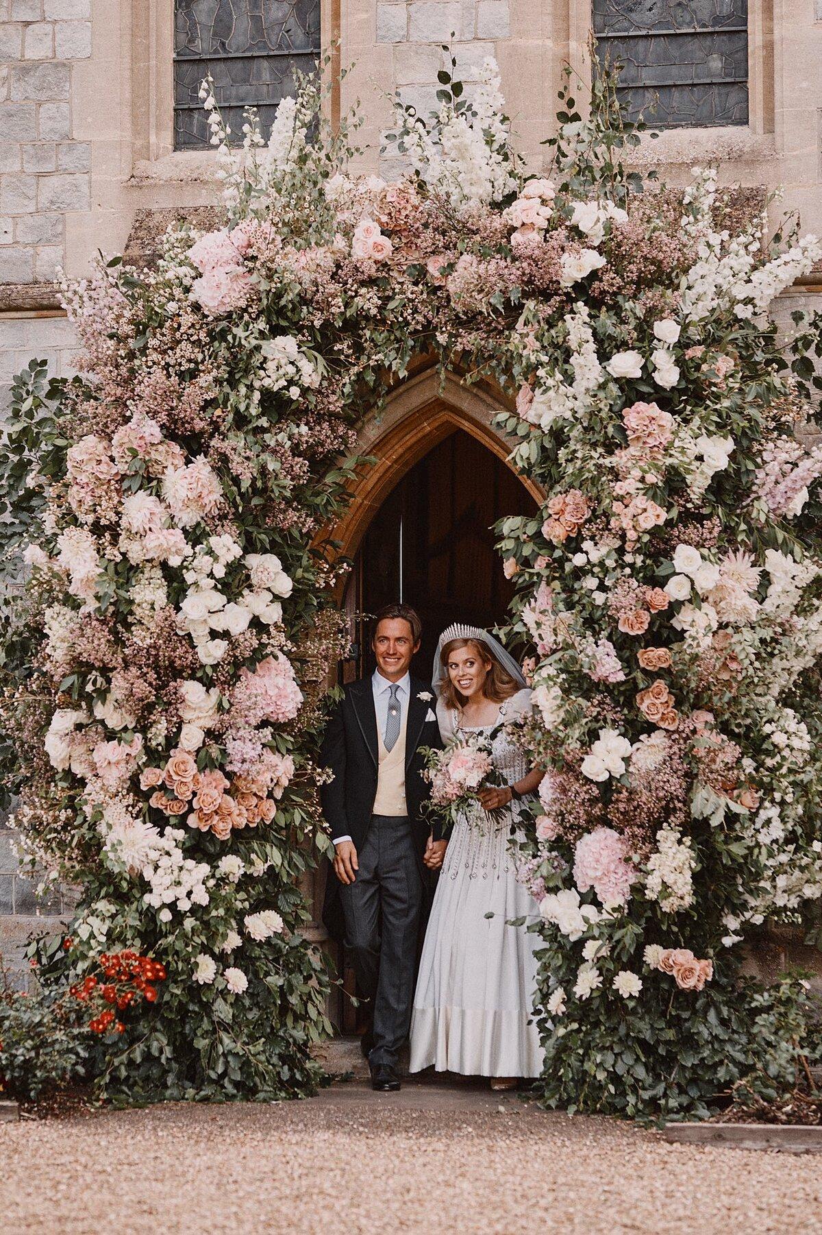 Công chúa Beatrice và Edoardo Mapelli Mozzi đứng ở ngưỡng cửa Nhà nguyện Hoàng gia All Saints hôm 17/7.