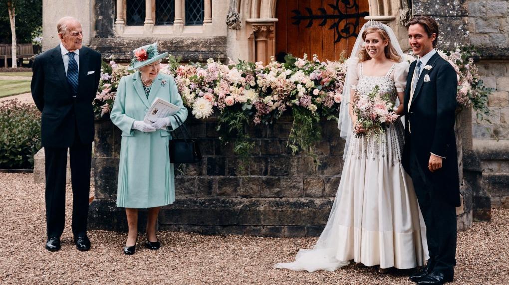 Hoàng thân Philip và Nữ hoàng Anh cùng cháu gái Beatrice và chồng cô sau buổi lễ. Ảnh:AP
