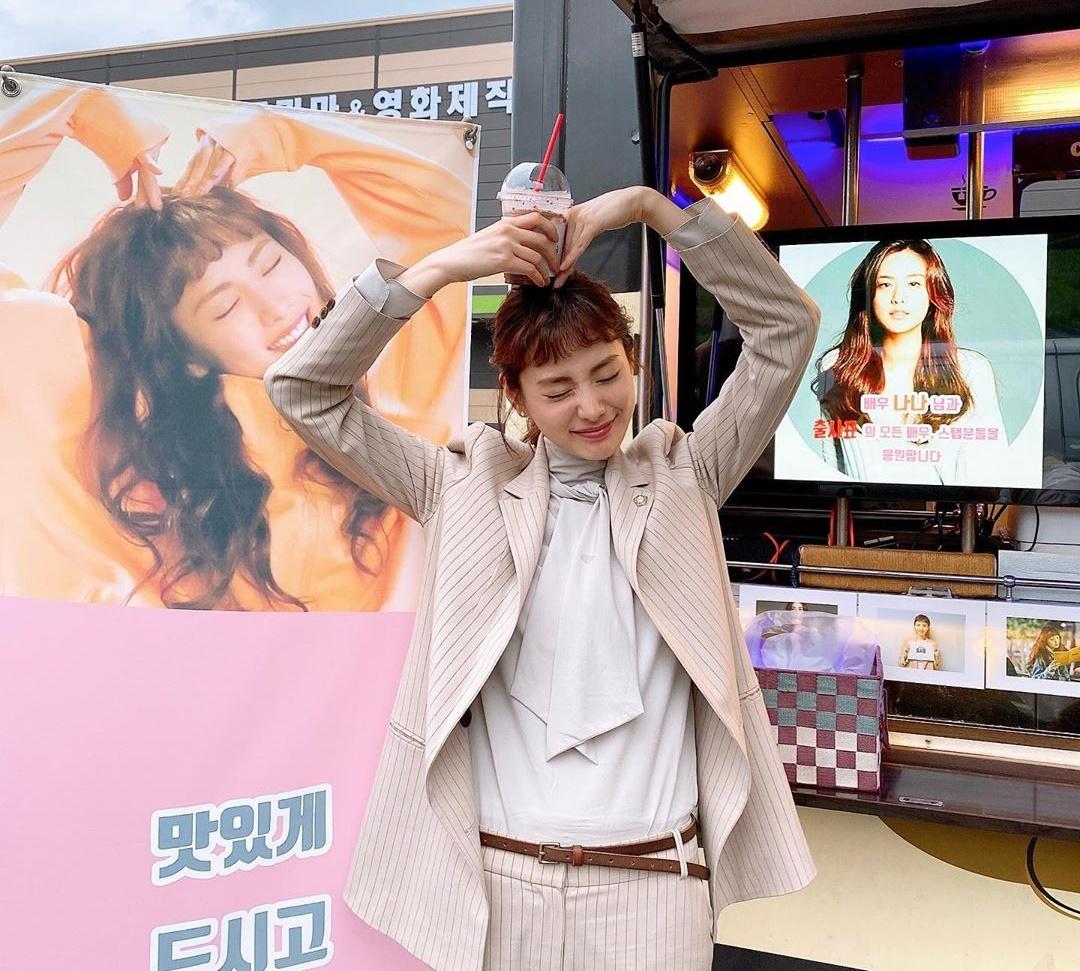 Nana bắn tim đáng yêu khi nhận được xe cà phê từ đàn anh So Ji Sub.