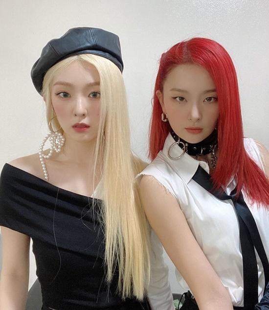 Irene và Seul Gi nổi bật với màu tóc vàng - đỏ, trang phục đen - trắng tông xuyệt tông.