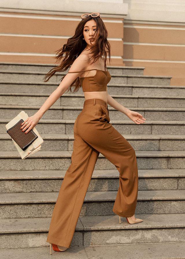 Khánh Vân khoe vai và vòng một hững hờ khi xuống phố với cây đồ tông nâu.