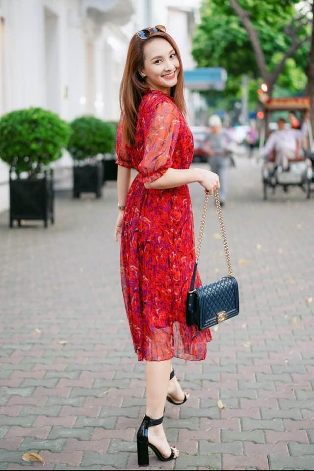 Bảo Thanh tung tẩy xuống phố với váy hoa đỏ mát mẻ, kết hợp cùng túi Chanel giá xấp xỉ 100 triệu đồng.