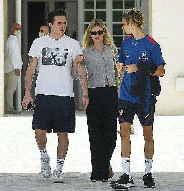 Nicola khoác tay vị hôn phu vừa đi vừa trò chuyện với em chồng - Romeo. Ảnh: Cobra Team/Backgrid