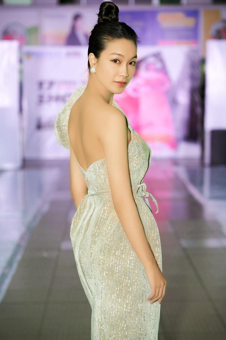 Lấy lại dáng sau khi tăng cân trong thời gian ở nhà tránh dịch, Coco Thùy Dung thoải mái diện trang phục phom dáng dài, ôm cơ thể, khoe lưng và vai trần.