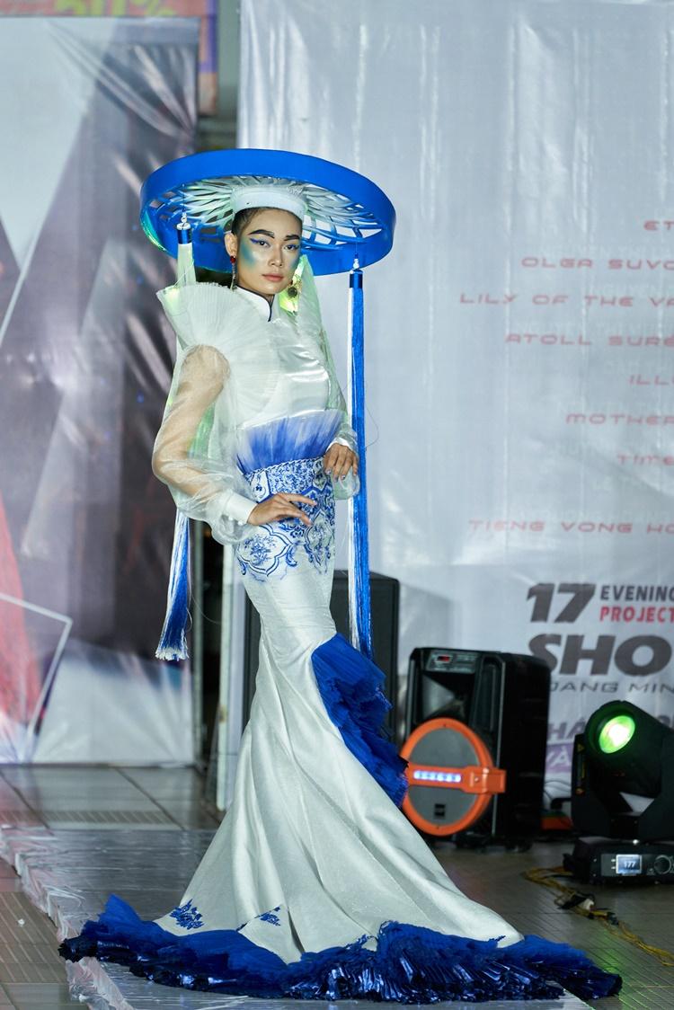 17 thiết kế dạ hội cùng tranh tài tại buổi thi. Thiết kế Tiếng vọng hội Lim của NTK trẻ Trương Hoàng Nguyên lấy cảm hứng từ hội Lim (Bắc Ninh) với hình ảnh nón quai thao quen thuộc.