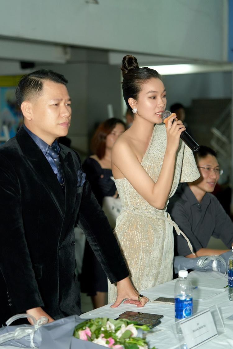 Đảm nhận vai trò cầm cân nảy mực cùng Coco Thùy Dung còn có NTK Hoàng Minh Hà (trái). Cả hai có những nhận xét mang tính chuyên môn.