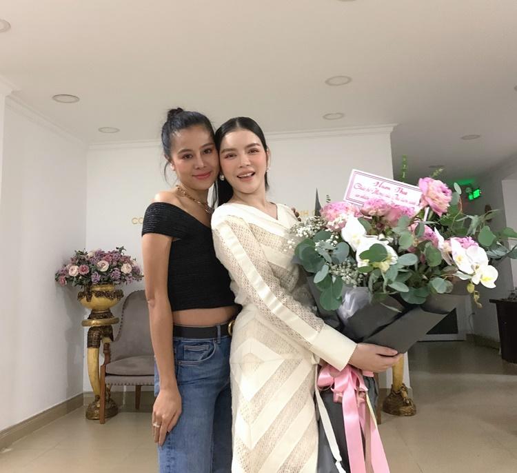 Nam Thư chọn bó hoa to, đến chúc mừng đàn chị lúc nửa đêm.