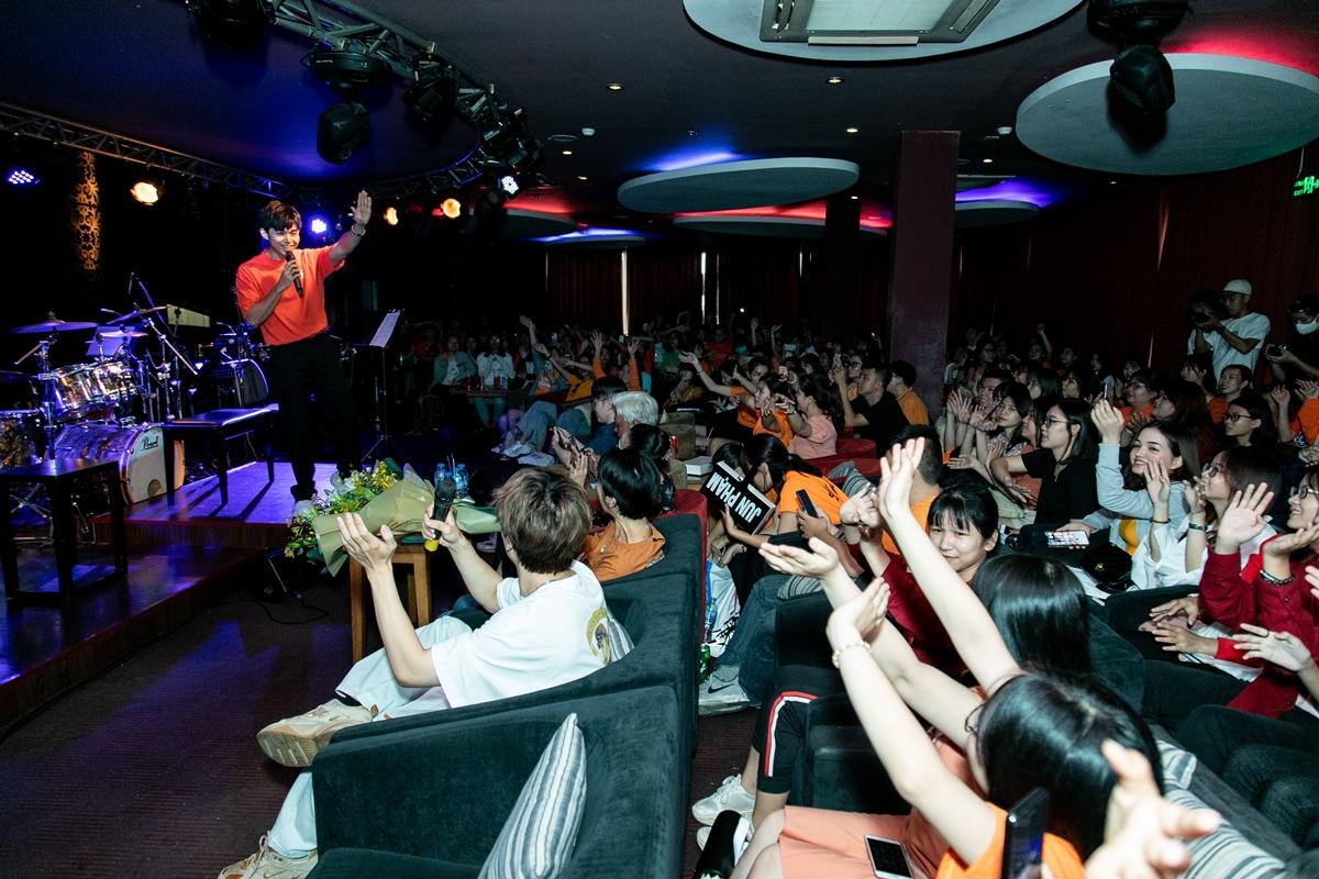 Ngày 19/7, Jun Phạm làm mini showcase tại TP HCM sau thời gian nghỉ dịch. Sự kiện diễn ra ấm cúng với sự góp mặt của 200 fan, người thân và một số đồng nghiệp thân thiết.