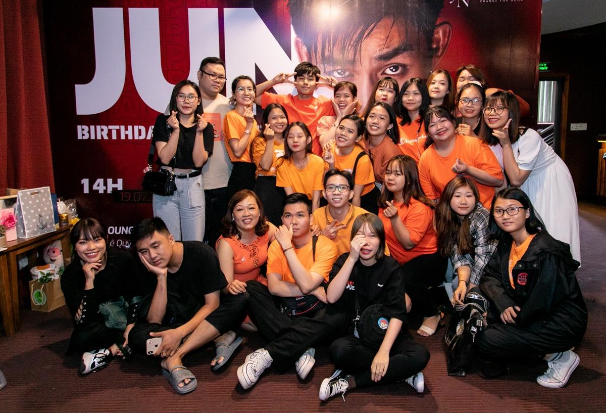 Buổi showcase khép lại với màn nhảy cover Đây là một bài hát vui cực nhộn do FC Cà rốt bí mật chuẩn bị cho Jun Phạm.