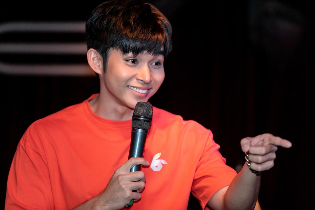 Đặc biệt, Jun Phạm khoe tài hát tiếng Trung và tiếng Nhật qua hai ca khúc Ánh trăng nói hộ lòng tôi và Anh chỉ quan tâm em.