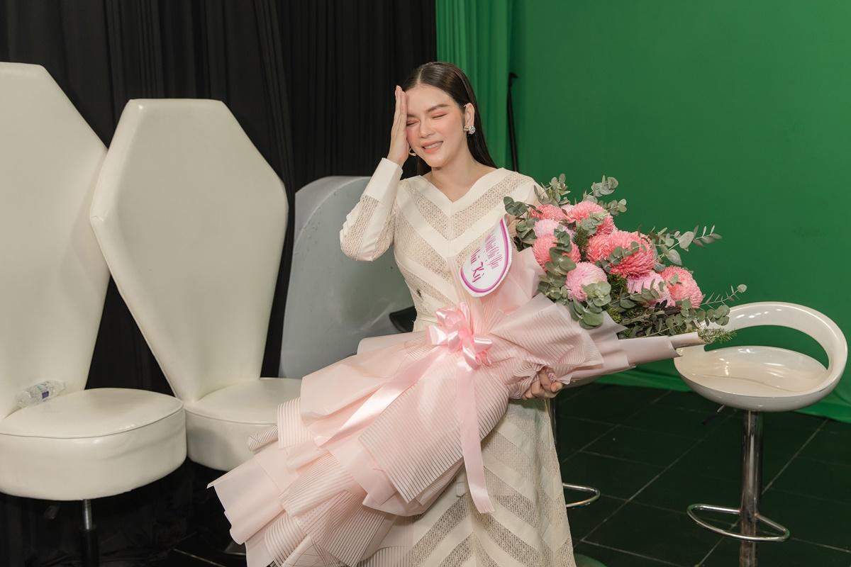 Đại sứ Du lịch bất ngờ khi fan chọn đúng loại hoa với màu sắc cô yêu thích.