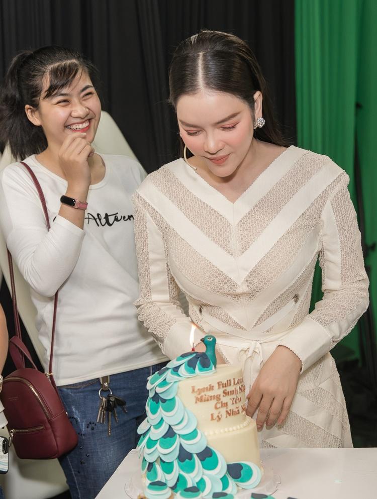Hơn 10 fan ruột mang theo bánh kem, trang trí hình chú công tới tận trường quay, mừng sinh nhật Lý Nhã Kỳ.