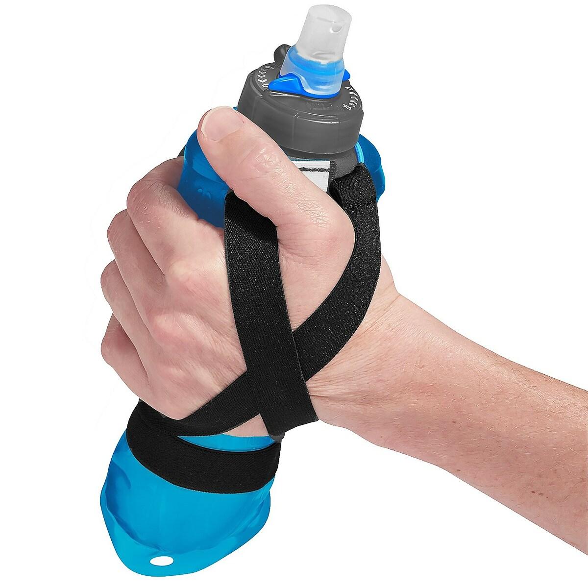 Nhiều VĐV chọn chai nước cầm tay để kịp bổ sung nước khi cần. Ảnh: Amazon.