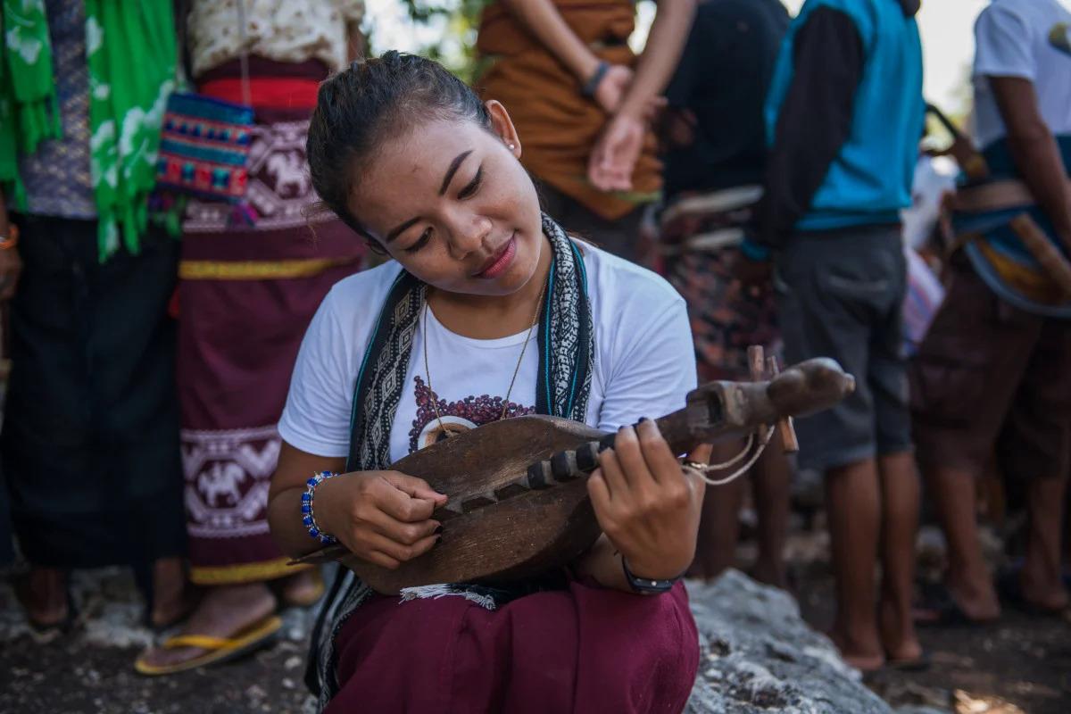 Một phụ nữ trẻ ở Sumba chơi nhạc cụ junga. Ảnh:Shutterstock.