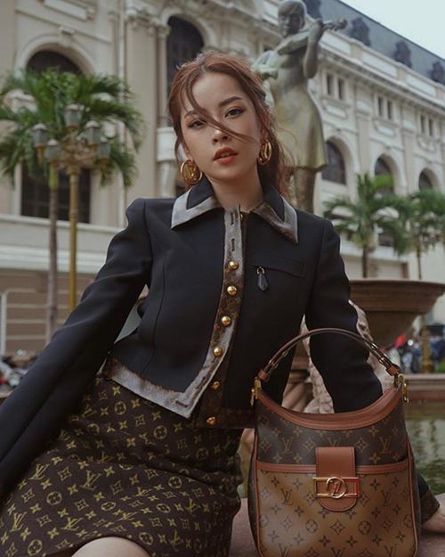 Chi Pu diện cả cây đồ Louis Vuitton sành điệu.