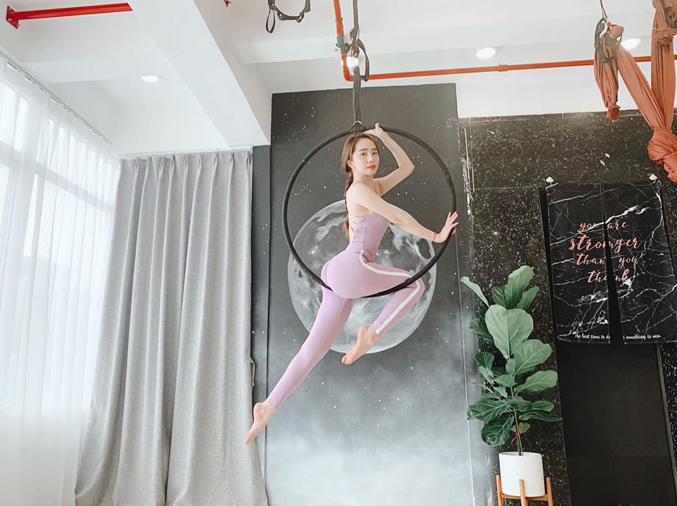 Quỳnh Nga khoe thân hình nóng bỏng với vòng ba căng tròn khi tập yoga bay.