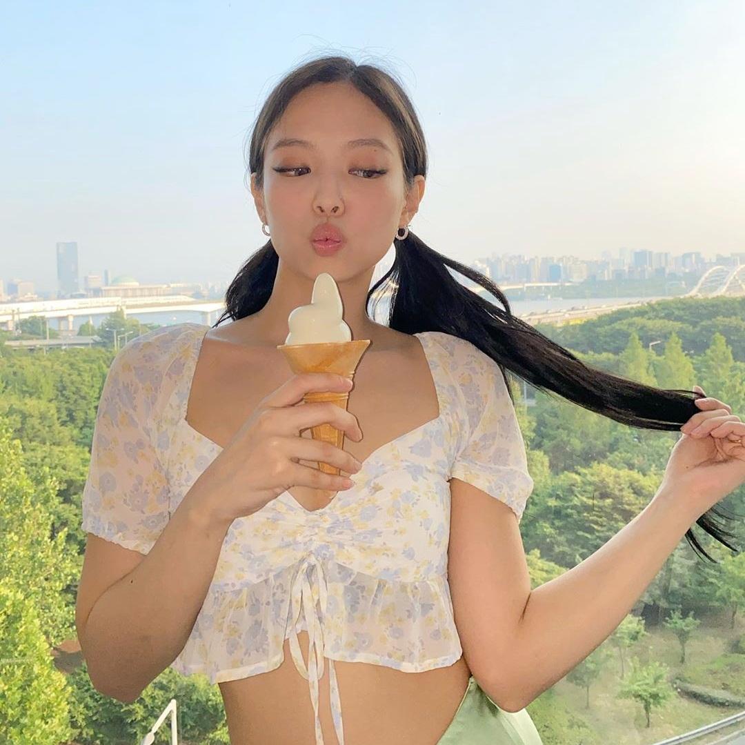 Jennie khoe sắc vóc quyến rũ trong chiếc áo kiệm vải. Các fan đang tò mò Black Pink có phải đang tung hint về sản phẩm mới khi các cô gái thi nhau tạo dáng với... kem.