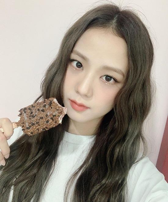 Chị cả Ji Soo chọn kem que.