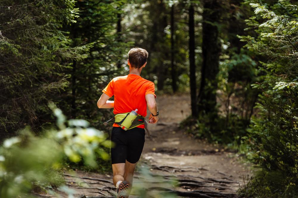 Đai thắt lưng có chỗ để nước và nhiều vật dụng nhỏ, thích hợp với VĐV chạy đường trường. Ảnh: Shutterstock.