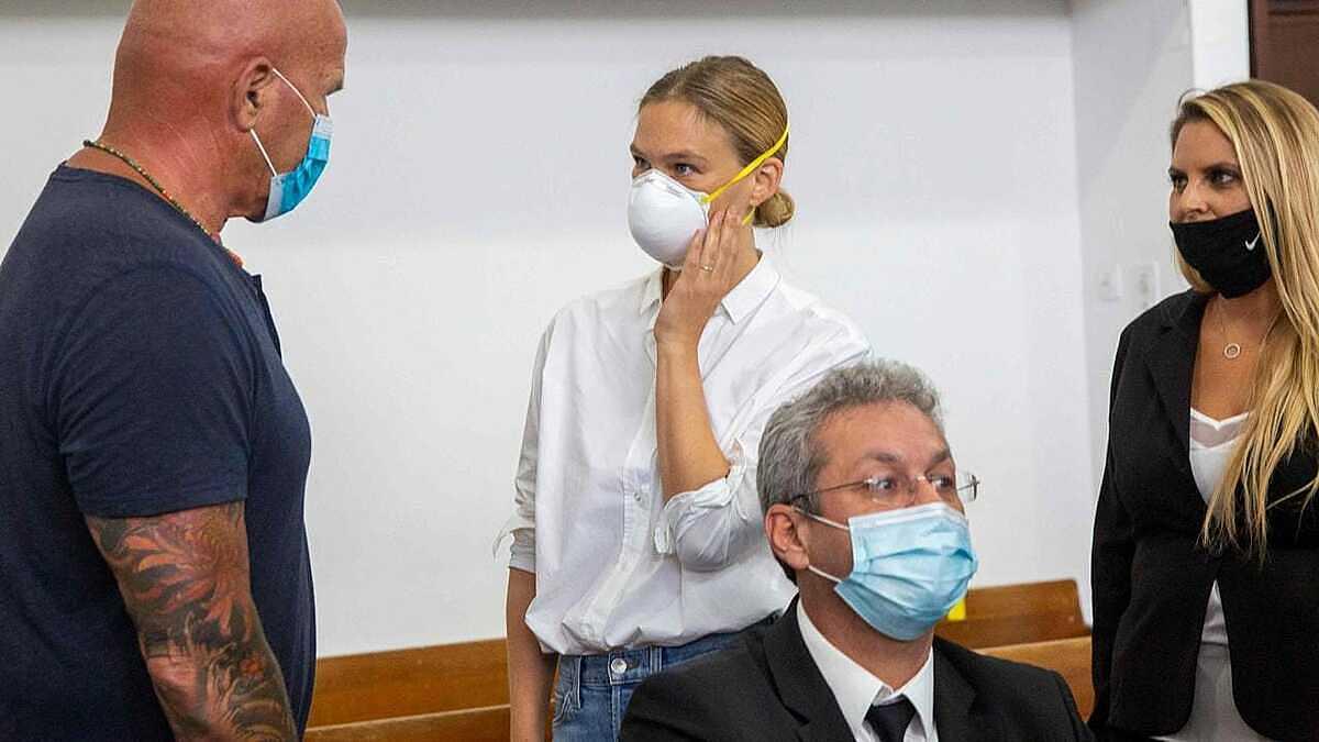 Refaeli (áo trắng) tại phiên xét xử ngày 20/7. Ảnh: AFP.