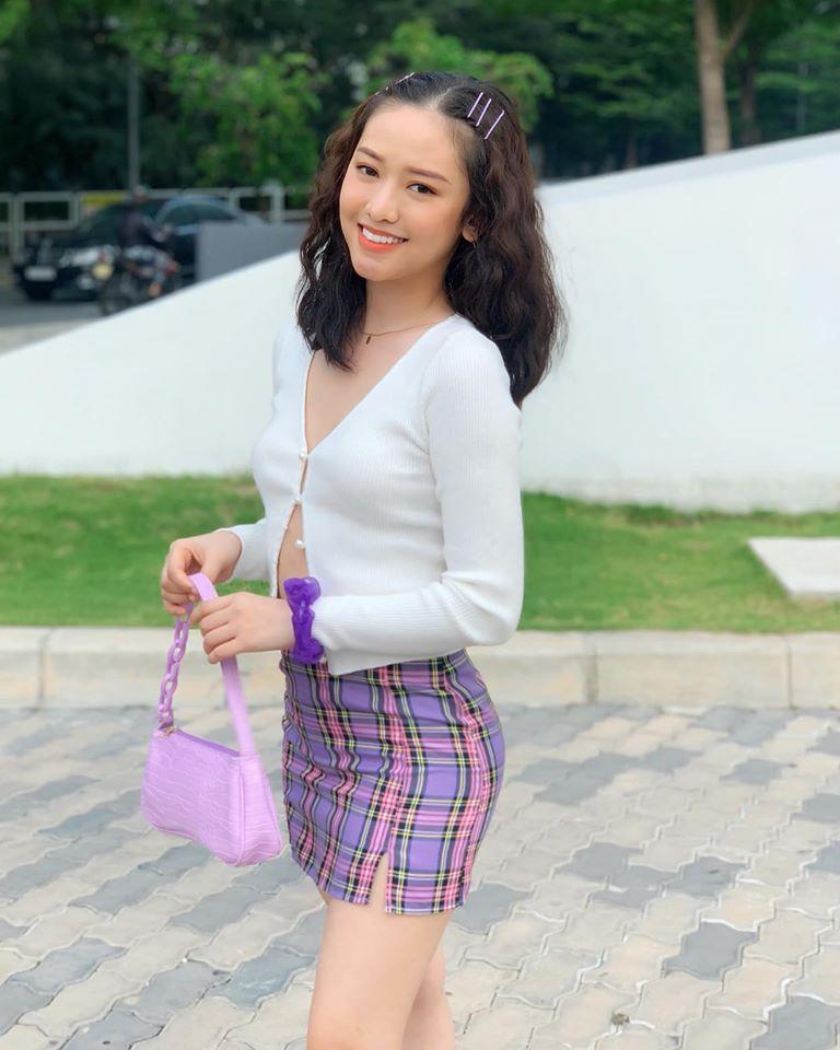 Tông màu tím được nhiều người đẹp Việt ưa chuộng khi thử nghiệm phong cách high teen. Thúy Vi trông trẻ trung hơn hẳn khi diện những item đặc trưng nữ sinh Mỹ.