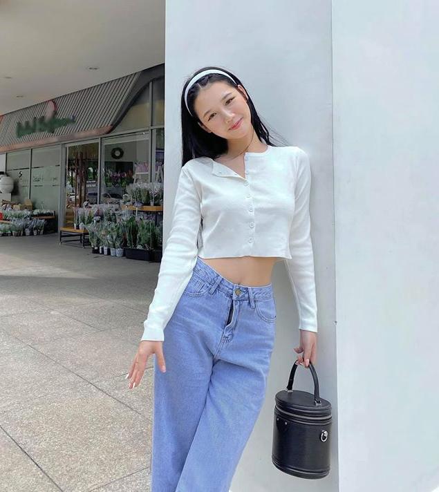 Amee có cách lên đồ gây liên tưởng đến Jennie - nữ idol được xem là một biểu tượng của phong cách high teen hiện đại.